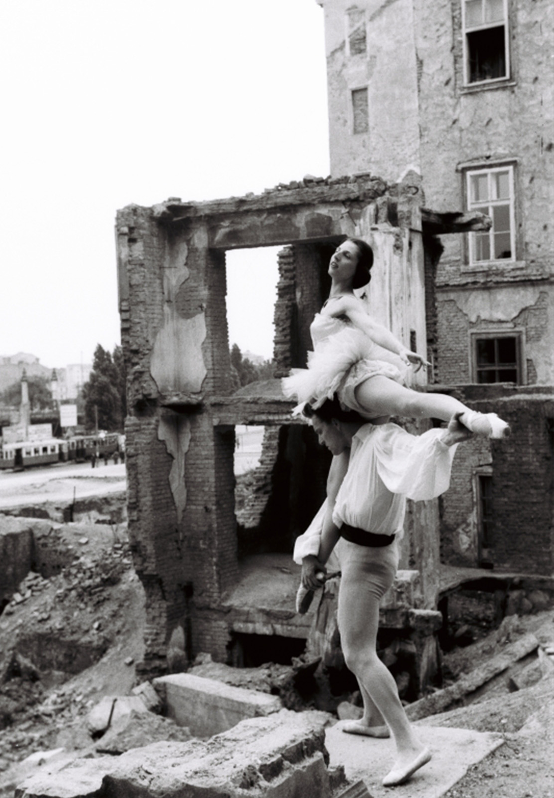 Harry Weber, Balletttanz in den Ruinen rund um die Ruprechtskirche, 01.06.1952 – Bildarchiv /Weber, ÖNB/Wien, Sign.: HWBox001_002104